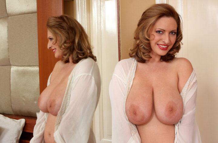Красивая зрелая женщина скинула рубашку и показала всем большие сиськи