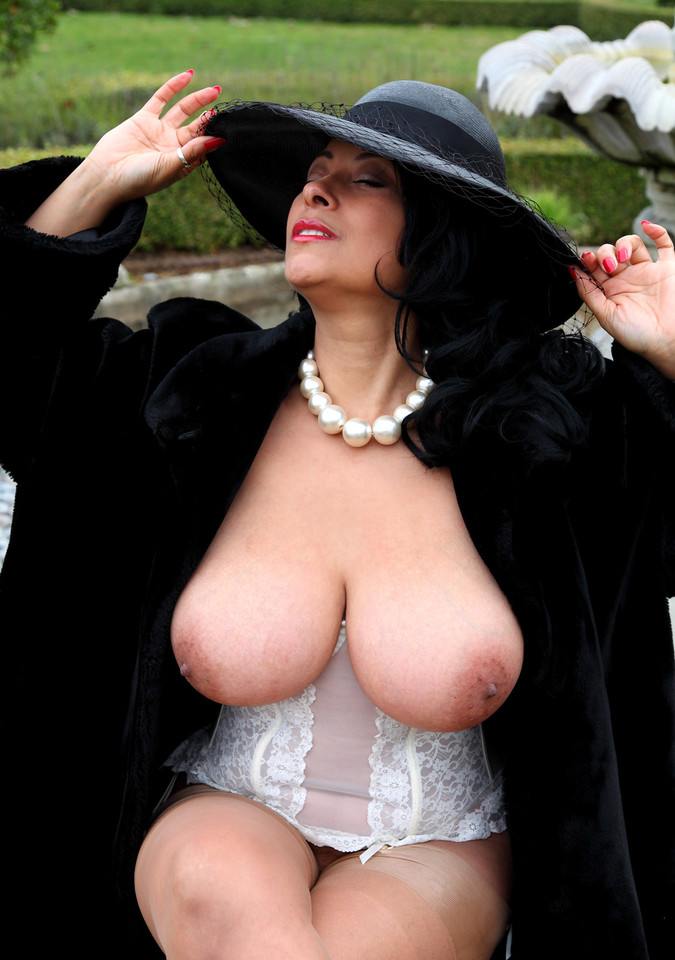 Дама бальзаковского возраста в шляпе и шубе с голыми сиськами