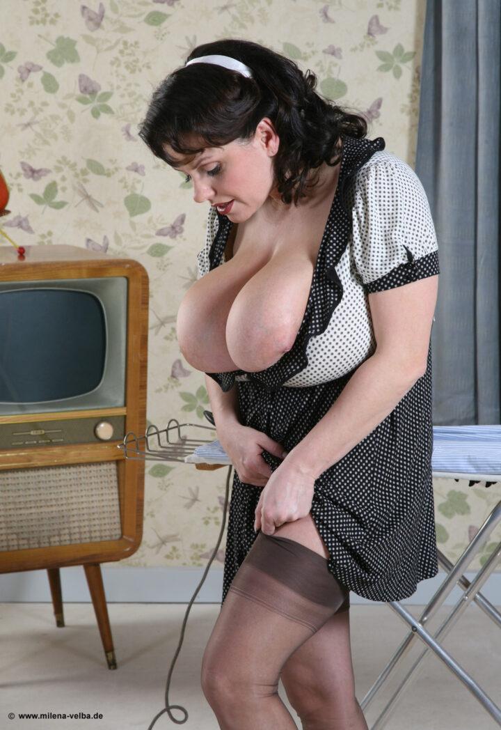 Скромная женщина не смогла спрятать в платье свои большие пышные сиськи