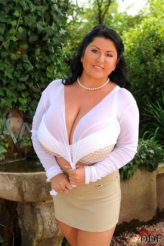 Красивая зрелая латиночка не скрывает свою огромную грудь