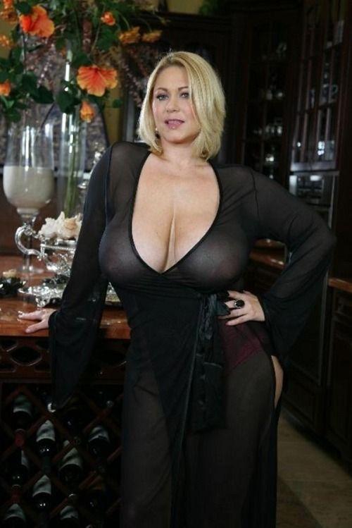 Сексапилная опытная женщина с большими натуральными сиськами в черном прозрачном пеньюаре