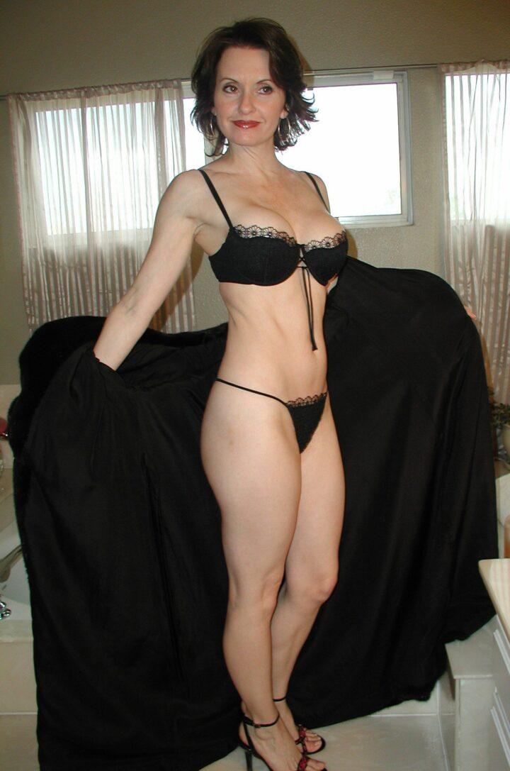 Знойная зрелая женщина В нижнем белье в домашней обстановке