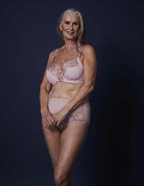 Длинноволосая красивая зрелая женщина голая в одном нижнем белье