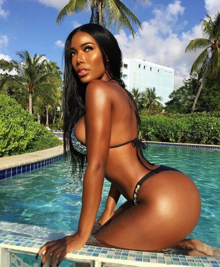 Шикарная негритянка с красивыми формами