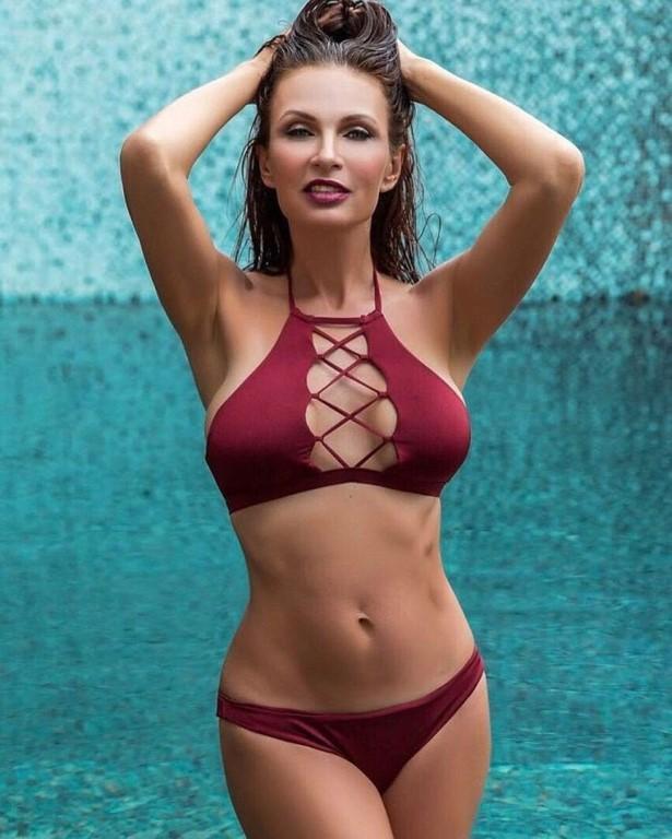 прекрасная фигура Эвелины Бледанс в купальнике