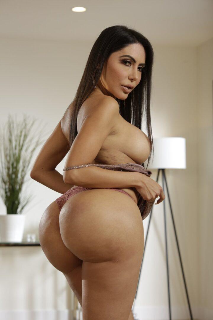 Лела Стар Шикарная порноактриса с огромной попой и большой грудью сделает в фильме все желания своих портнеров