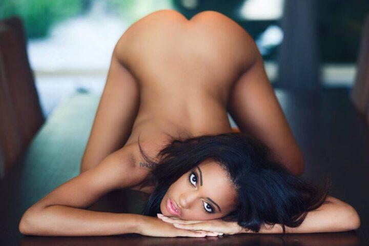 Девушка смугляночка обнаженная в позе игривой кошечки