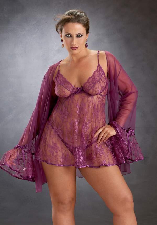Раскрепощенная дама с большим телом в фиолетовом нижнем белье