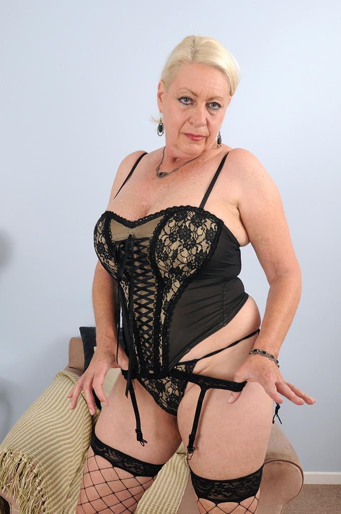 Дама бальзаковского возраста позирует голая в одном нижнем белье