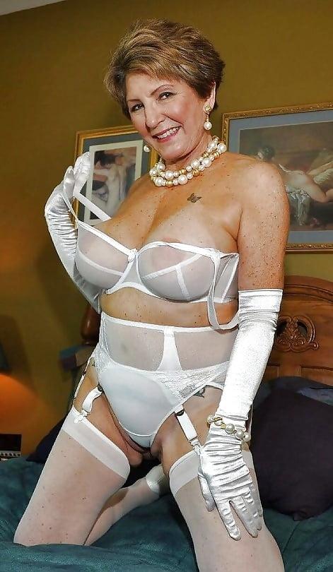 Пошлая зрелая женщина снимает прозрачный лифчик