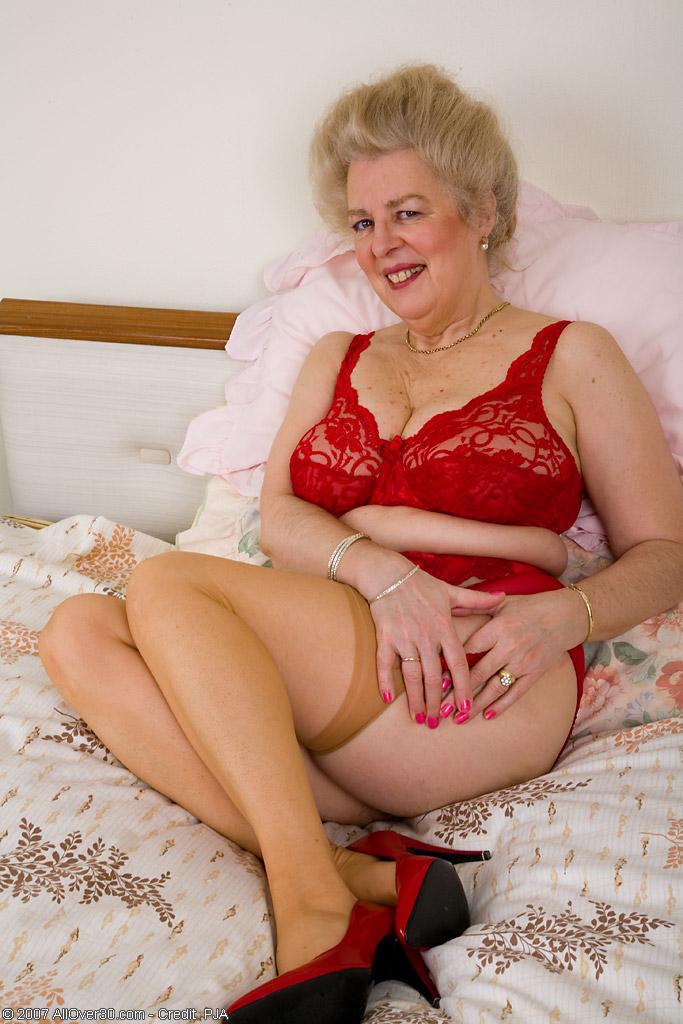 Женщина постарше в красном белье к разврату готова