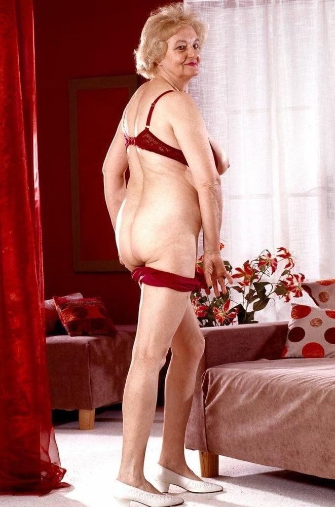 Смелая и голая женщина постарше глубоко за 50