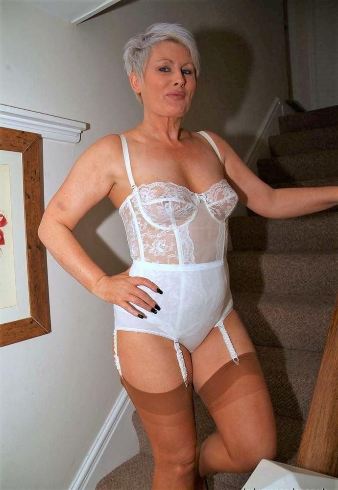 Красивая и сексапильная дама постарше в эротическом нижнем белье