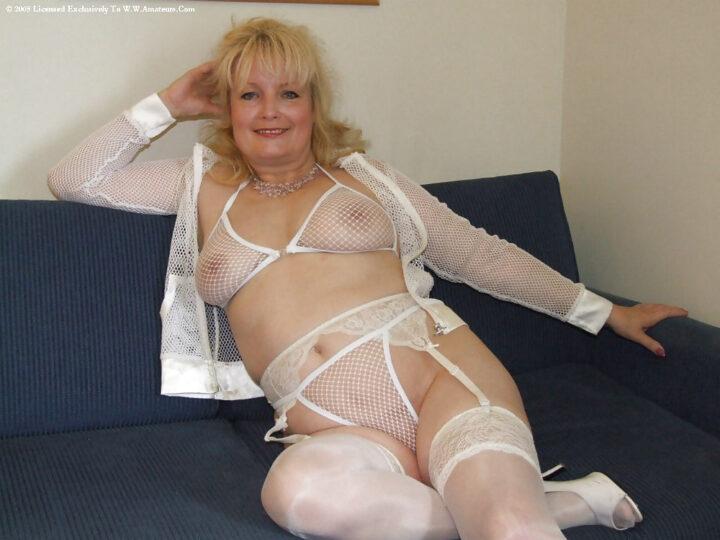 Пышнотелая женщина постарше в белье в сеточку