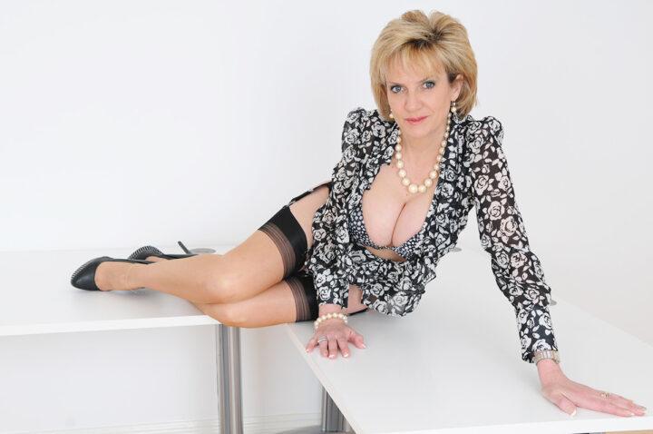 Ухоженная русская женщина с глубоким декольте
