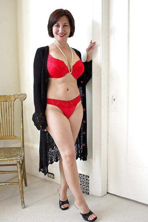 Красивая русская женщина за сорок в красивом красном нижнем белье