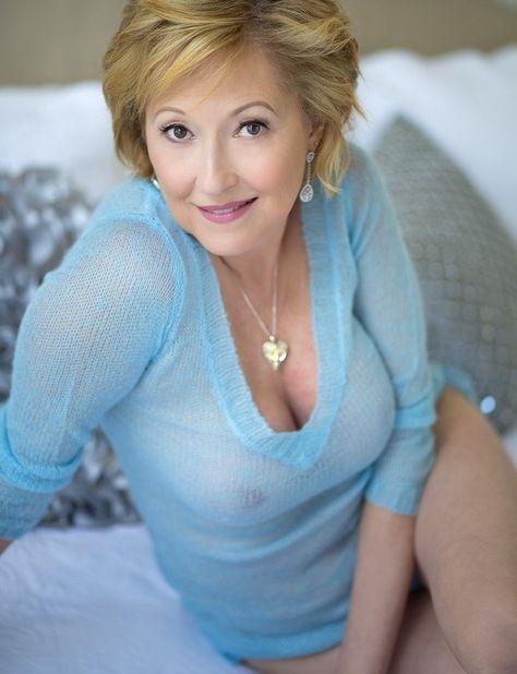Прекрасная русская женщина в прозрачном тонком свитере на голое тело