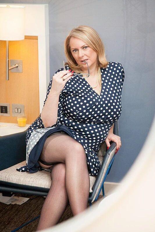 Прекрасная соблазнительная русская женщина с загадочным взглядом