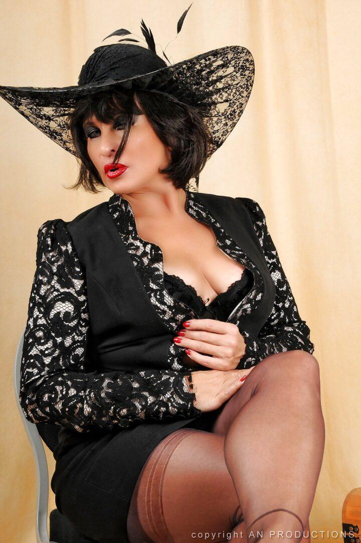Эпатажная сексуальная русская зрелая женщина в красивой шляпе