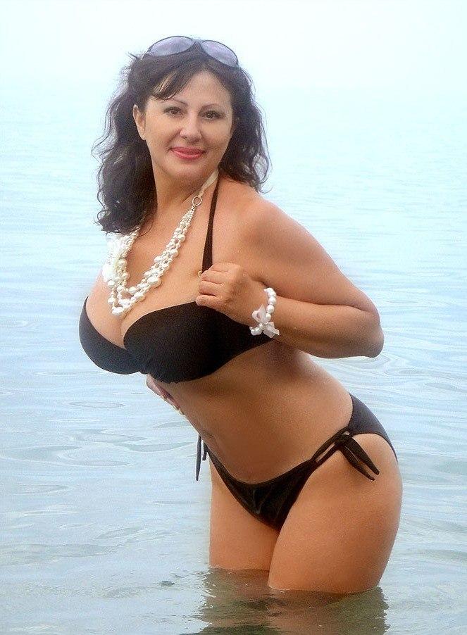 Интересная русская зрелая женщина с потрясающей фигурой в купальнике