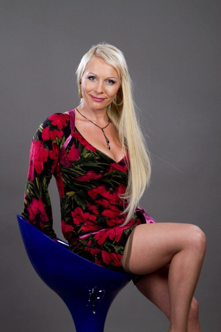 Красивая русская зрелая женщина в мини платье