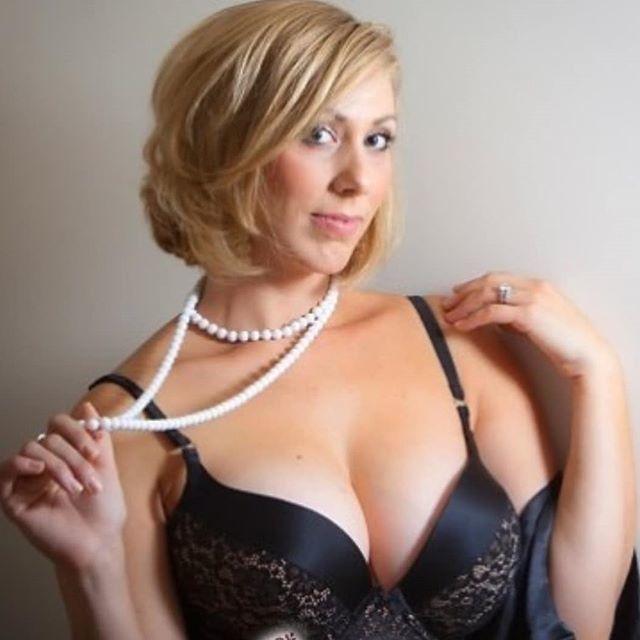 Русская зрелая женщина в бусах с большой грудью