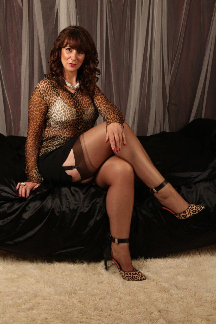 Экстравагантная русская зрелая женщина в леопардовой блузке и леопардовых туфлях