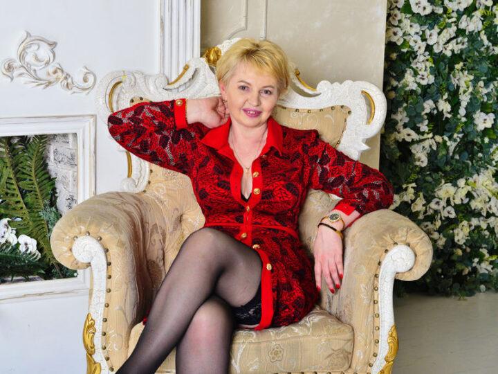 Смелая русская зрелая женщина в чулках
