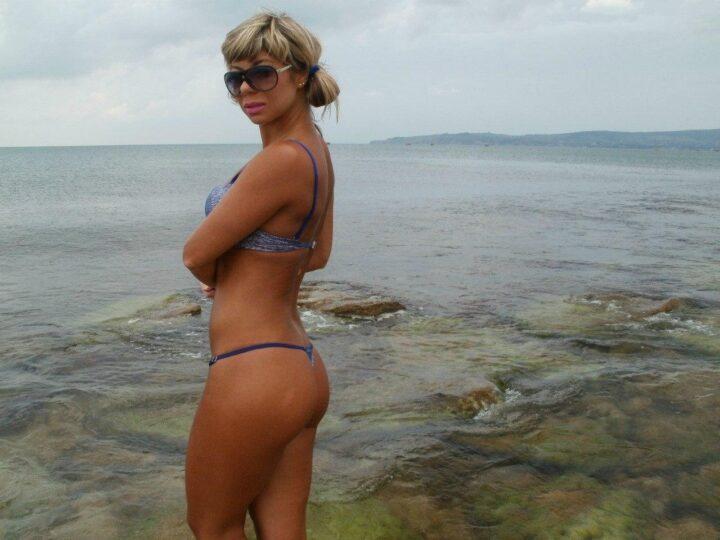 Красивая русская фигуристая женщина на пляже с аппетитной попкой