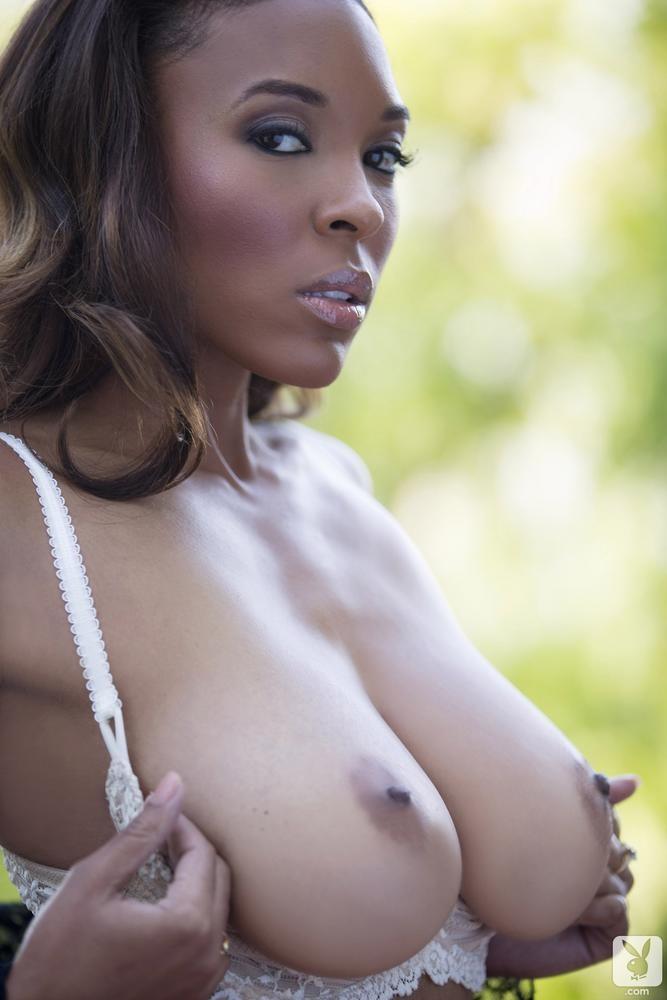Большая натуральная грудь негритянки выглядит прекрасно