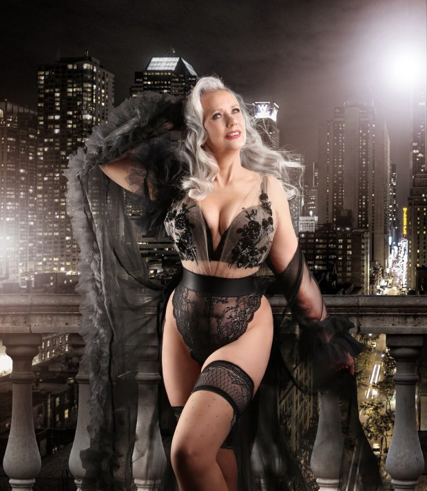 Красивая и модная женщина в нижнем белье за 50
