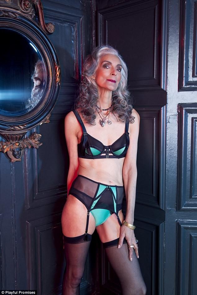 Смелая и раскрепощенная зрелая женщина за 50 в атласном нижнем белье