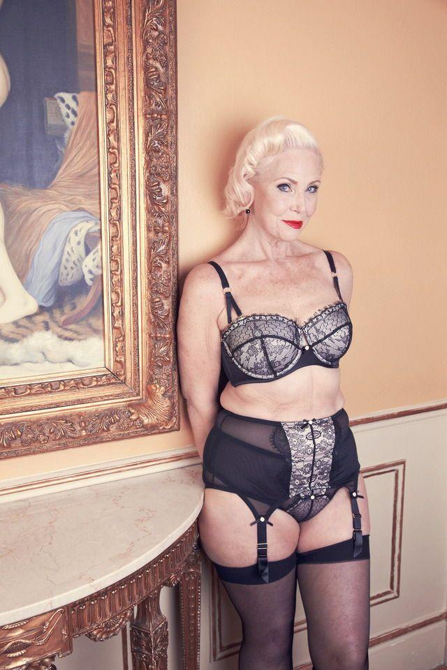 Пышногрудая блондинка в годах за 50 не прочь позировать в красивом нижнем белье