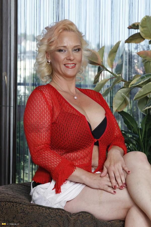 Женщина огонь за 50 с огромной грудью