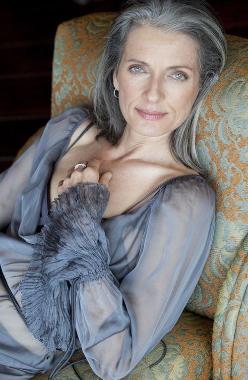 Зрелая женщина за 50 с красивыми глазами