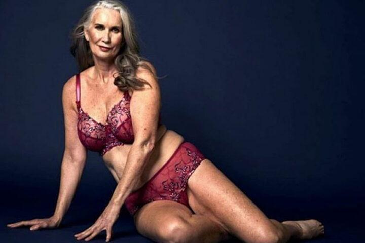 Зрелая женщина в красивом бордовом белье за 50 не стесняется своего тела