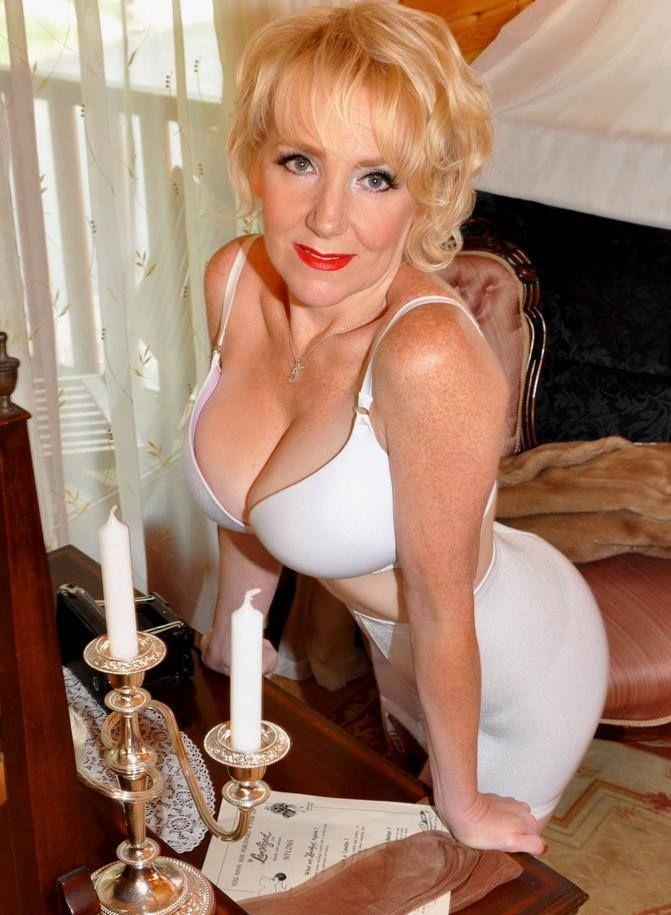 Красивая подтянутая зрелая женщина за 50 с красивой грудью