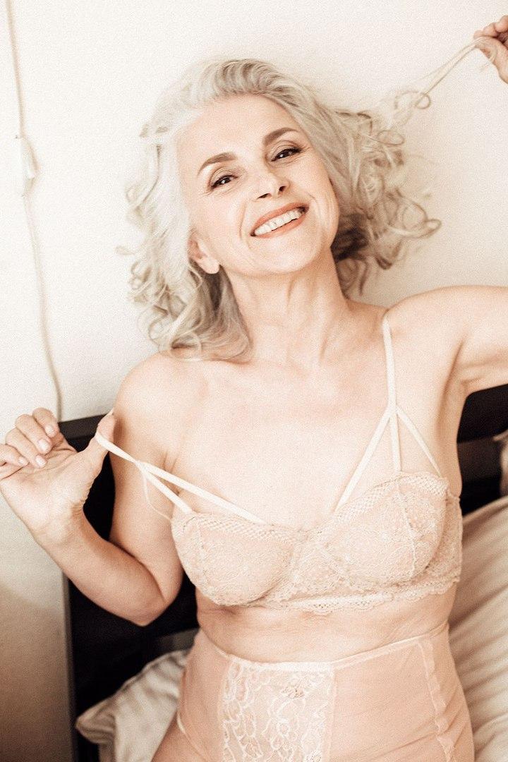 Открытая и веселая зрелая женщина за 50 в нижнем белье