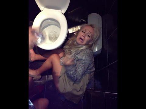 Пьяная блондинка блюет в туалете