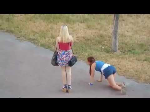 Пьяная подруга не в состоянии идти, поэтому ползет на четвереньках