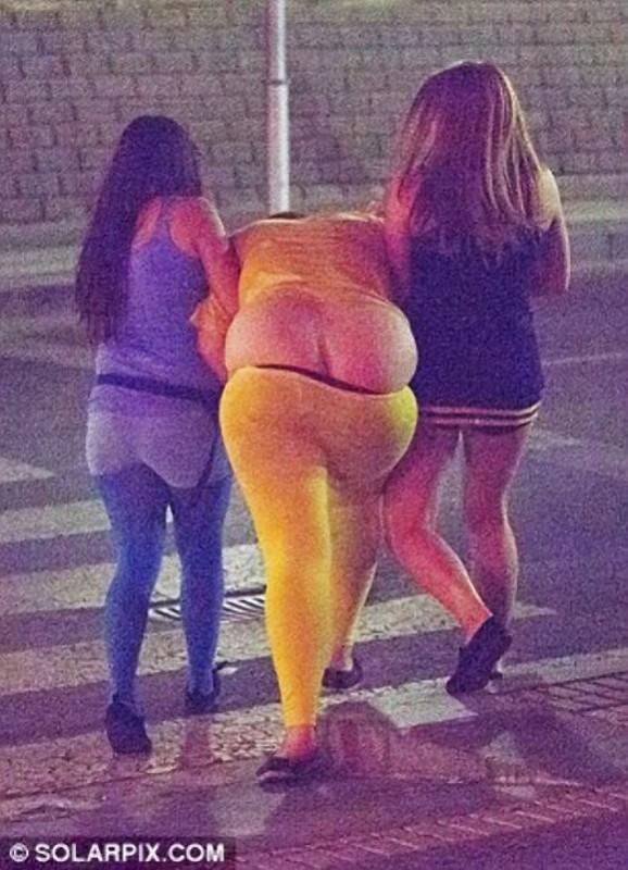 Две девушки ведут под руки свою пьяную толстожопую подругу
