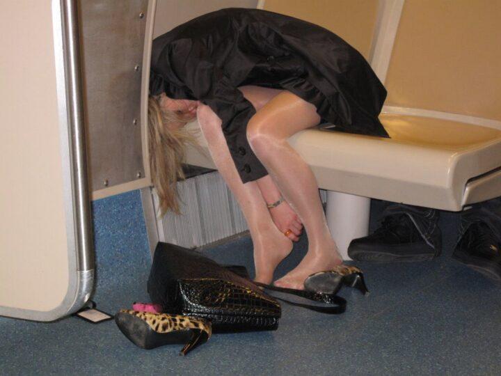 Девчонка пьяная разулась в электричке