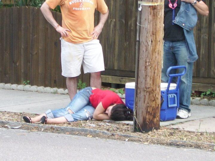 Молодая девчонка неприлично напилась, и валяется на улице