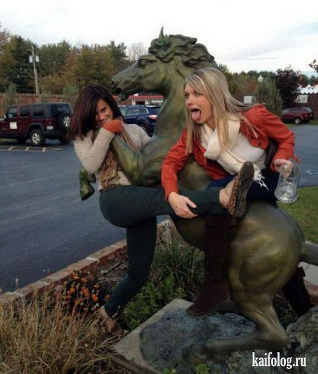 Две пьяные подруги неприлично фоткаются с конем