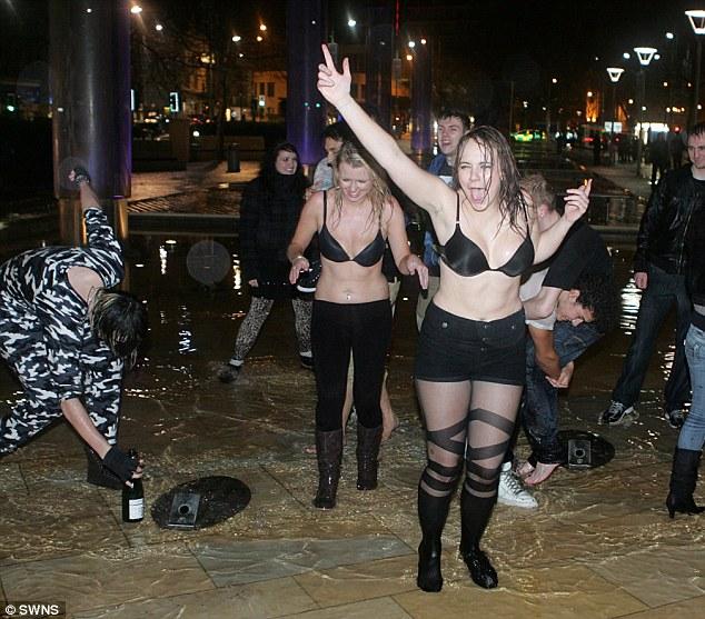 Пьяные бабы в лифчиках неприлично купаются в фонтане осенью