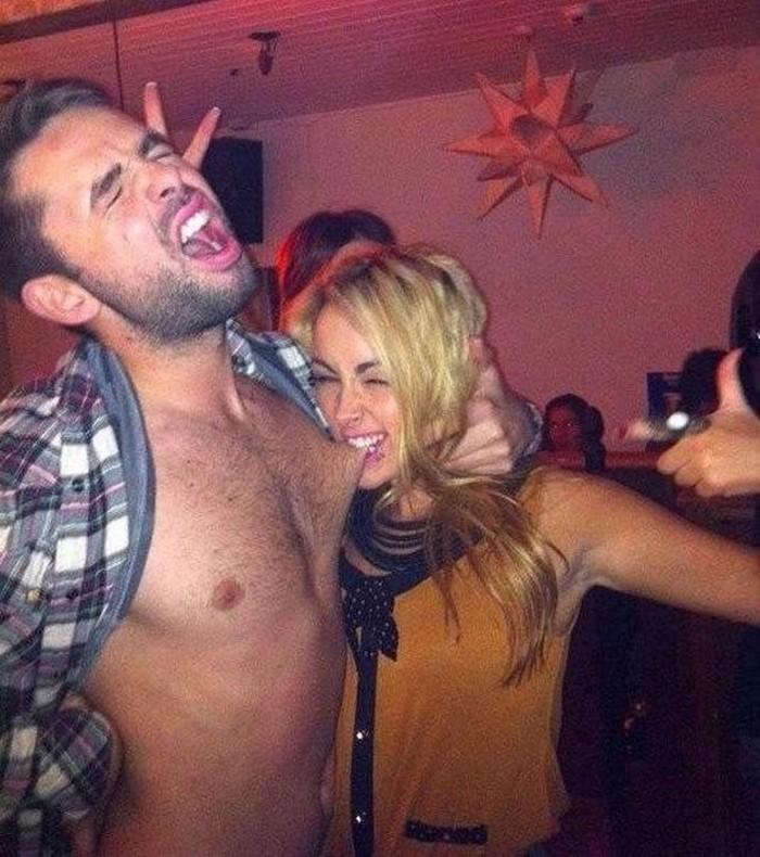 Пьяная блондинка сильно укусила парня за сосок