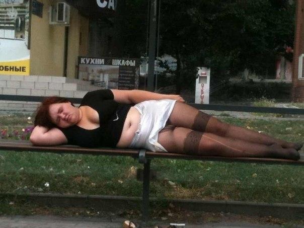 Пьяная богиня спит на лавке в рваных колготках и задранной юбке