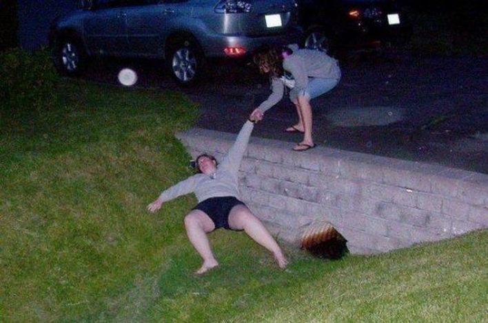 Пьяная дама свалилась в канаву