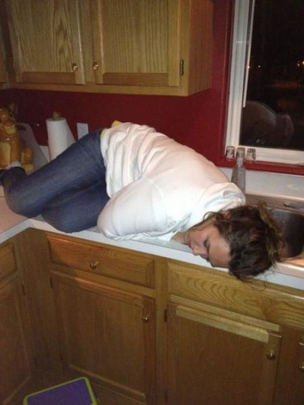 Пьяные женщины могут спать где угодно