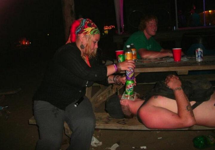 Пьяная толстая женщина, издевается над спящим парнем